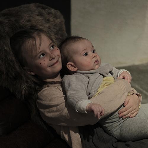 Detta var Elsa's första utställning (såklart). Här ihop med kusin Linnéa som varit Påskkäring på förskolan innan på dagen.